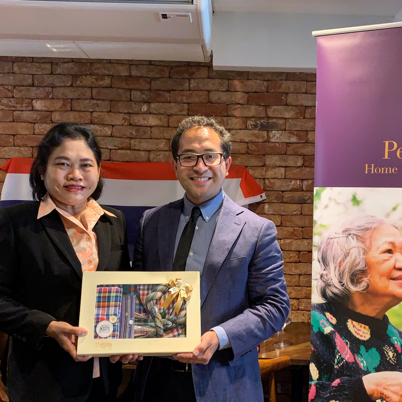 Exchange of gifts from Nata-orn Indeesri, head of the Thai delegation, to Penrose Care managing director Robert Stephenson-Padron